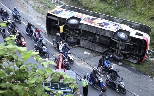 20121001-Kecelakaan-Bus-01.jpg<pf>20121001-Kecelakaan-Bus-02.jpg<pf>20121001-Kecelakaan-Bus-03.jpg