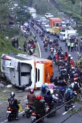 20121001-Kecelakaan-Bus-02.jpg